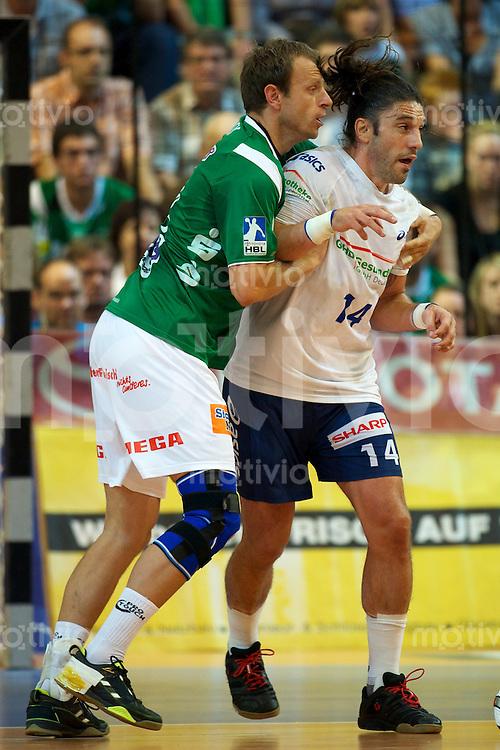 links Dalibor Anusic (FAG) gegen rechts Bertrand Gille (HSV), Zweikampf