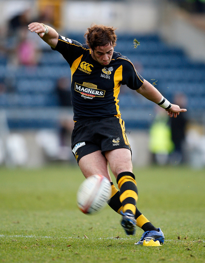 Photo: Richard Lane/Richard Lane Photography..London Wasps v Gloucester Rugby. EDF Energy Cup. 04/11/2007. .Wasps' Danny Cipriani kicks.
