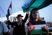 New York City, NY. 20 August 2014. A rabbi holds a Palestinian flag as he takes part during a Pro-palestine Rally across de Brooklyn Bridge in Manhattan.  Photo by Kena Betancur/VIEWpress