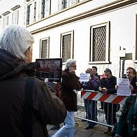 """""""Elezioni subito"""" manifestazione organizzata al teatro Manzoni da Giuliano Ferrara comntro il governo Monti..Contestatori contro l'iniziativa di Ferrara"""