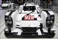 SAO PAULO, SP - 05.11.2014 - SAL&Atilde;O DO AUTOM&Oacute;VEL - Publico se pode apreciar um dos modelos Racing da Porsche nesta quarta-feira (5) no Sal&atilde;o Internacional do Autom&oacute;vel em S&atilde;o Paulo.<br /> <br /> <br /> (Foto: Fabricio Bomjardim / Brazil Photo Press)