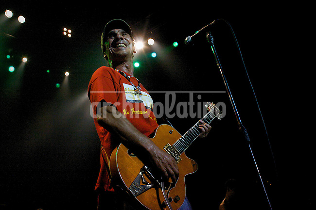 Argentina : recital del cantante Manu Chao y el grupo Radio Bemba en el Luna Park por tombola tour. Con la participacion de la radio del hospital Borda . La colifata..Argentina : Concert of Manu Chao and Radio Bemba in Buenos Aires - Luna Park. With the radio of the ospital Borda, La Colifata