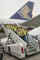 Schüler der Justin-Wagner-Schule Rossdorf am A380 von Singapore Airlines auf dem Frankfurter Flughafen - Frankfurt 23.10.2019: Schüler machen Zeitung bei Singapore Airlines