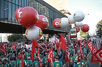 SÃO PAULO, SP - 30.08.2013: CUT / FORÇA SINDICAL / MANIFESTAÇÃO - Manifestação dos Professores/Alunos/ CUT chegam a frente do MASP na Av Paulista, a manifestação teve início na frente da Secretaria da Educação na Praça da República região central de São Paulo na tarde desta 6 feira (30). (Foto: Marcelo Brammer/Brazil Photo Press)