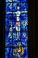 France, Marne (51), Reims, cathédrale Notre-Dame de Reims, classée patrimoine mondial de l'UNESCO, vitraux de Marc Chagall dans la chapelle axiale de l'abside, détail vitrail central, le Christ en croix