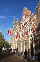 Nederland Leiden 2015 10 03 . Binnenstad van Leiden. Vlag met twee sleutels, het symbool van Leiden, hangt buiten tijdens Leidens Ontzet. Foto Berlinda van Dam / Hollandse Hoogte