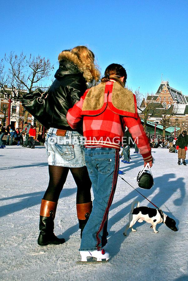 Casal passeando no gelo em Amsterdã. Holanda. 2007. Foto de Marcio Nel Cimatti.