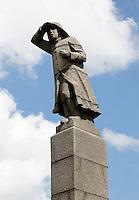 Nederland Amsterdam  2016 04 12. Fab City. Oorlogsmonument op het Java Eiland. Het monument Zeeman op Uitkijk in Amsterdam is een beeld van een staande mannenfiguur. Het beeld is geplaatst op een zuilvormig voetstuk van beton. Bij het beeld is een plaquette geplaatst, waarop in het kort de geschiedenis van het monument wordt toegelicht. Het gedenkteken is 9 meter hoog.  Foto Berlinda van Dam / Hollandse Hoogte