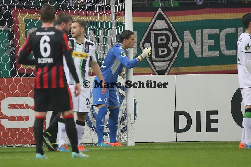 Yann Sommer (Gladbach) dirigiert die Abwehr - Eintracht Frankfurt vs. Borussia Mönchengladbach, DFB-Pokal 2. Runde, Commerzbank Arena