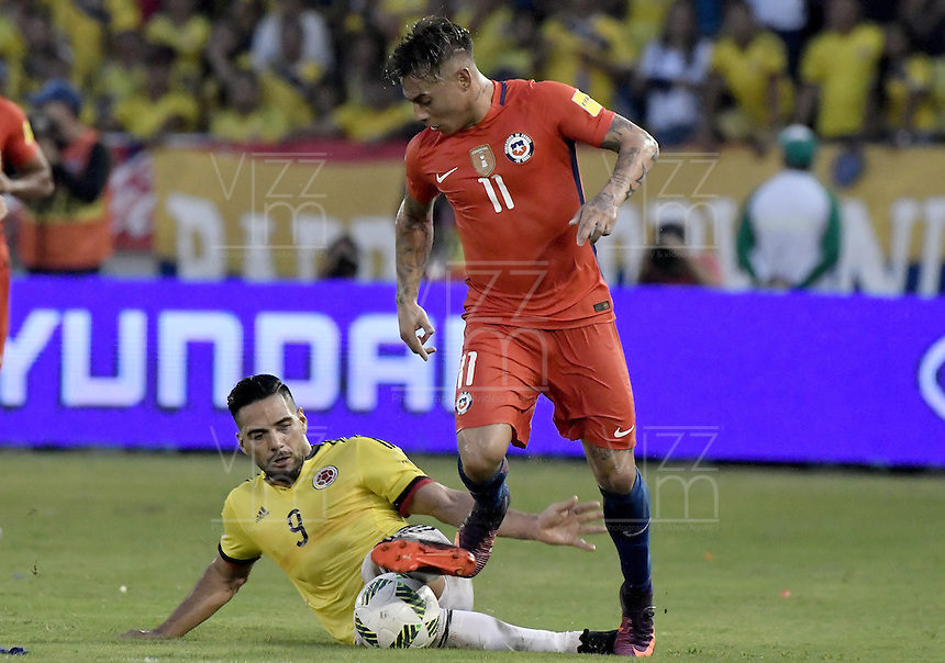 BARRANQUILLA - COLOMBIA - 10-11-2016:  Falcao Garcia (Izq) jugador de Colombia disputa el balón con Eduardo Vargas (Der) jugador de Chile durante partido de la fecha 11 para la clasificación sudamericana a la Copa Mundial de la FIFA Rusia 2018 jugado en el estadio Metropolitano Roberto Melendez en Barranquilla./  Falcao Garcia (L) player of Colombia fights the ball with Eduardo Vargas (R) player of Chile during match of the date 11 for the qualifier to FIFA World Cup Russia 2018 played at Metropolitan stadium Roberto Melendez in Barranquilla. Photo: VizzorImage/ Gabriel Aponte / Staff