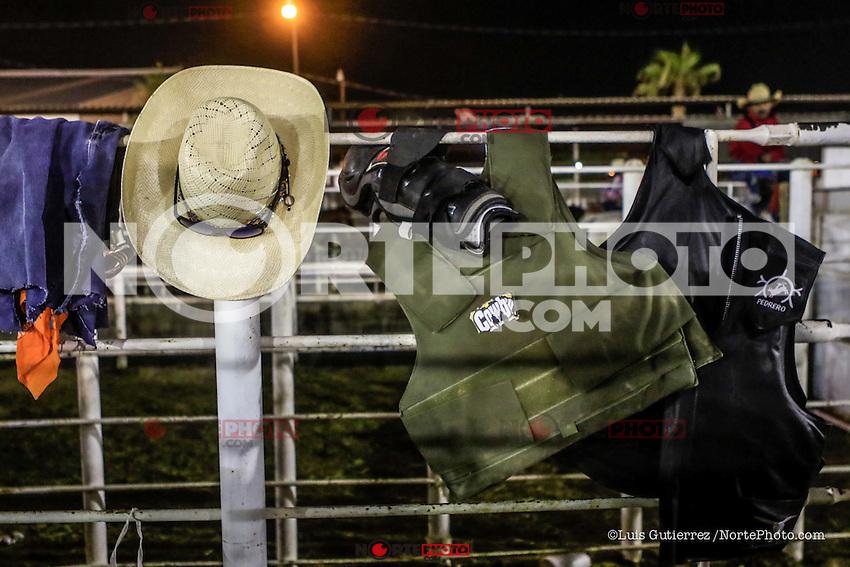 Detr&aacute;s de escena del deporte de Vaqueros, jineteo de caballos y Jineteo de Toros, un fuerte circuito en Chihuahua, seguido de Sonora y Baja California Mex. y los estados vecinos de EU. Hombres buscando la gloria en solo 8 segundos por los primeros lugares del Rodeo en Expogan Sonora.<br /> El rodeo es un deporte extremo estadounidense tradicional con influencias de la historia de los vaqueros espa&ntilde;oles y de los charros m&eacute;xicanos. Consiste en montar a pelo potros salvajes o reses vacunas bravas (como novillos y toros) y realizar diversos ejercicios, como arrojar el lazo, rejonear, etc. sin matar al animal. Se practica en Mexico (no confundirlo con el jaripeo) casi en todo el pais como en el estado de Chihuahua y San Luis Potos&iacute;, en donde se toma al rodeo como deporte tradicional, as&iacute; tambi&eacute;n como en Australia y Brasil. <br /> Hoy en d&iacute;a la exposici&oacute;n del rodeo estadounidense m&aacute;s grande del mundo es el Houston Livestock Show and Rodeo en los Estados Unidos.<br /> Foto: LuisGutierrez/NortePhoto.com <br /> <br /> <br /> Behind the scene of the sport of Vaqueros, horse riders and Jineteo de Toros, a strong circuit in Chihuahua, followed by Sonora and Baja California Mex. and the neighboring US states. Men looking for glory in just 8 seconds for the first places of the Rodeo in Expogan Sonora.<br /> The rodeo is a traditional American extreme sport with influences from the history of the Spanish cowboys and the Mexican charros. It consists of riding wild ponies or wild boar vaccinations (such as steers and bulls) and performing various exercises, such as throwing the bow, rejonear, etc. without killing the animal. It is practiced in Mexico (not to be confused with jaripeo) almost in the whole country as in the state of Chihuahua and San Luis Potos&iacute;, where rodeo is taken as a traditional sport, as well as in Australia and Brazil.<br /> Today the largest American rodeo exhibition in the world is the Houst