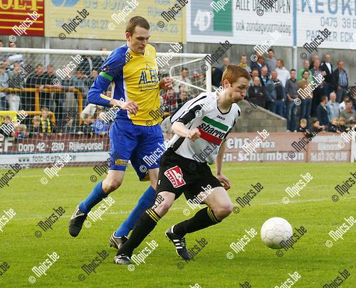 2009-04-30 / Voetbal / KFC Zwarte Leeuw - FC De Kempen / Spits Roy Van Der Linden in duel met de aanvoerder van FC Kempen, Stief Goetschalckx