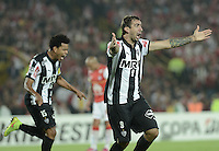 BOGOTA- COLOMBIA – 18-03-2015: Lucas Pratto, jugador del Atletico Mineiro de Brasil celebra el gol anotado Independiente Santa Fe de Colombia,  durante partido entre Independiente Santa Fe de Colombia y Atletico Mineiro de Brasil, por la segunda fase, grupo 1, de la Copa Bridgestone Libertadores en el estadio Nemesio Camacho El Campin, de la ciudad de Bogota. / Lucas Pretto, player of Colo Colo of Chile, celebrates  the scored goal to Independiente Santa Fe of Colombia during a match between Independiente Santa Fe of Colombia and Atletico Mineiro of Brasil for the second phase, group 1, of the Copa Bridgestone Libertadores in the Nemesio Camacho El Campin in Bogota city. Photo: VizzorImage / Gabriel Aponte / Staff.