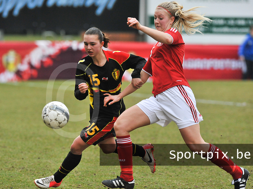 Denmark U17 - Belgium U17 : Jody Vangheluwe in duel met Mathilde Jessen.foto DAVID CATRY / Vrouwenteam.be