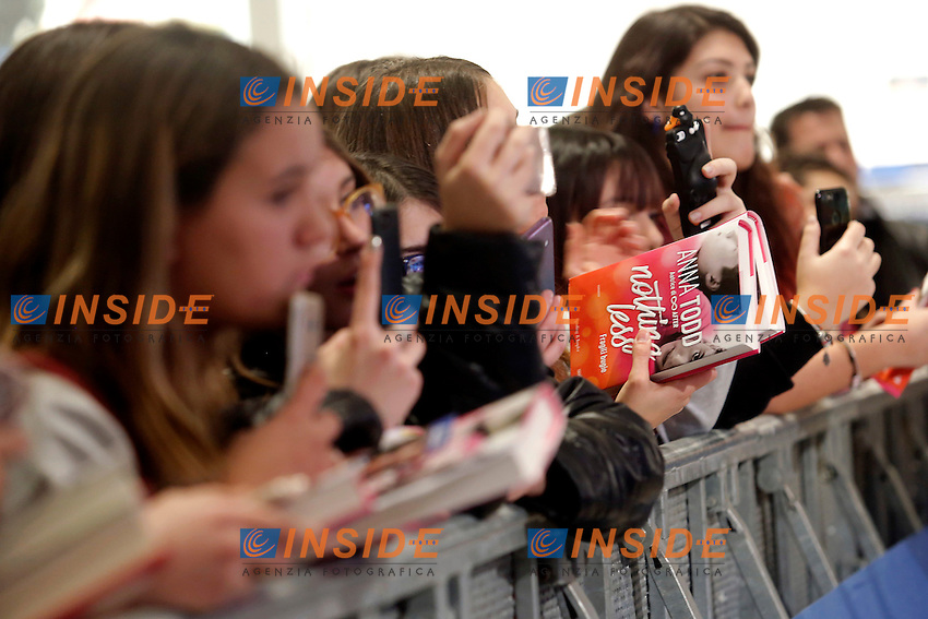 Fans adolescenti in attesa si farsi firmare il libro <br /> Fans waiting to have their books signed by Anna Todd<br /> Roma 13-01-2017. Centro Commerciale Porta di Roma. La scrittrice Anna Todd presenta ai fans il suo nuovo libro, Nothing Less. La scrittrice e' divenuta famosa su Wattpad, la pi&ugrave;' grande community per scrittori self-published, con una serie di libri sugli One Direction<br /> Rome January 13th 2017. Porta di Roma shopping mall. Writer Anna Todd meets her fans to present her new book 'Nothing less'. The writer, has become famous on Wattpad, the biggest community for self-published writers, with a serie of books about the group One Direction.<br /> Foto Samantha Zucchi Insidefoto