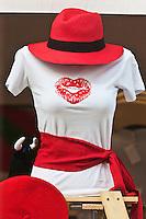 Europe/France/Aquitaine/64/Pyrénées-Atlantiques/Pays-Basque/Bayonne: Dans une  vitrine les tenues blanc et rouge pour les Fêtes de Bayonne