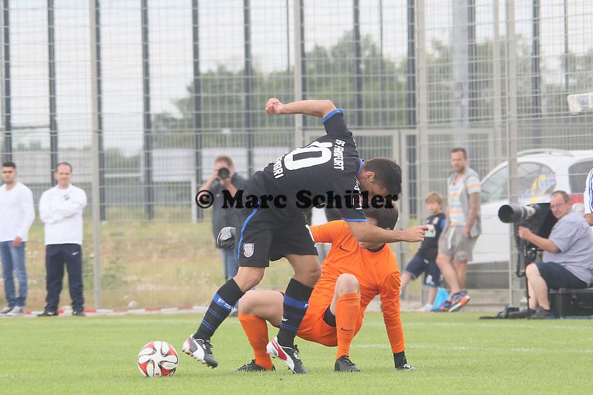 Andre Schembri (FSV) scheitert an Lukas Langenstein (VfB) - VfB Ginsheim vs. FSV Frankfurt