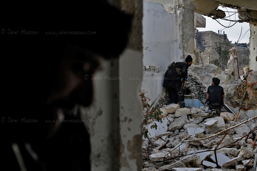 Free Syria Army (FSA) soldiers prepare to attack a tank which is positioned on a side street a few yards away at the Karmel Jabl front on October 31, 2012. Both FSA and civilian casualties mounted during the day as combat resumed after a U.N. - negotiated truce (which was not respected by either side). Regime snipers inflicted heavy casualties on Free Syria Army forces as both sides mounted attacks on each other. The skies of Aleppo were again filled with the sound of aerial bombing and artillery fire. ..© AFP/Javier Manzano............................