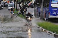 ATENÇÃO EDITOR: FOTO EMBARGADA PARA VEÍCULOS INTERNACIONAIS. - SAO PAULO)Alagamento na Av Dr Rudge Ramos em Sao Bernardo do CampoFOTO: ADRIANO LIMA / BRAZIL PHOTO PRESS).