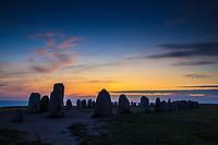 Skymning en sensommarkväll vid Ales stenar skeppssättnig i Kåseberga på Östelen i Skåne