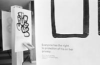 Ausstellung zum Thema &quot;Menschenrechte&quot; im Foyer des UN-Gebaeudes. Jeder Artikel der Menschenrechtscharta ist mit einer anderen Grafik symbolisiert.<br /> Hier: Der Artikel 12: Jeder Mensch hat das Recht auf den Schutz seiner Privatspaere.<br /> New York City, 5.1.1999<br /> Copyright: Christian-Ditsch.de<br /> [Inhaltsveraendernde Manipulation des Fotos nur nach ausdruecklicher Genehmigung des Fotografen. Vereinbarungen ueber Abtretung von Persoenlichkeitsrechten/Model Release der abgebildeten Person/Personen liegen nicht vor. NO MODEL RELEASE! Don't publish without copyright Christian-Ditsch.de, Veroeffentlichung nur mit Fotografennennung, sowie gegen Honorar, MwSt. und Beleg. Konto:, I N G - D i B a, IBAN DE58500105175400192269, BIC INGDDEFFXXX, Kontakt: post@christian-ditsch.de]