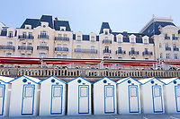 France, Calvados (14), Cabourg,  les cabines de plage et le Grand Hôtel // France, Calvados, Cabourg, the beach cabins and the Grand Hotel