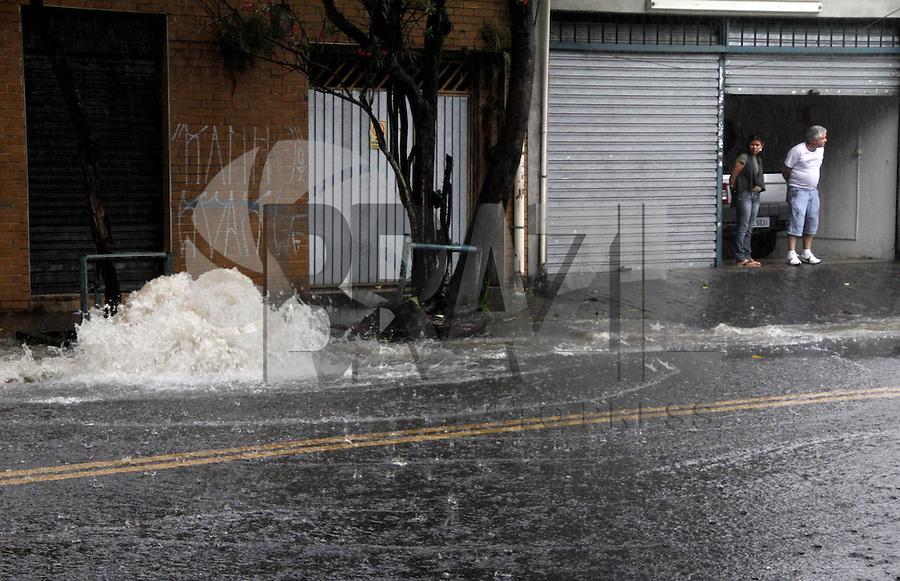 SÃO PAULO,SP,17 JANEIRO 2012 - CHUVA ZONA LESTE<br /> A forte chuva que caiu na trade de hoje deixou  um ponto de alagamento transitavel na rua José Zappi na Vila Prudente.FOTO ALE VIANNA - NEWS FREE.