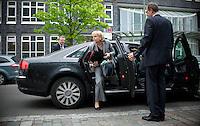 Berlin, die Ministerpräsidentin von Nordrhein-Westfalen, Hannelore Kraft (SPD), steigt am Donnerstag (02.05.13) vor der Landesvertretung Nordrhein-Westfalen in Berlin vor einem Treffen der SPD-Ministerpräsidenten aus ihrem Auto. Foto: Steffi Loos/CommonLens
