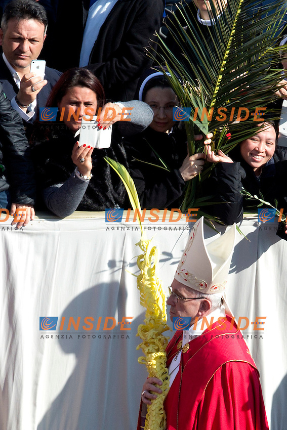 Papa Jorge Mario Bergoglio, Francesco <br /> Roma 20-03-2016 Vaticano Piazza San Pietro. Santa Messa per la domenica delle Palme. St Peter's Square. Holy Mass for Sunday of Palms.<br /> Photo Samantha Zucchi Insidefoto