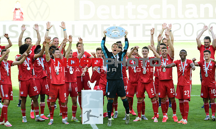 Deutscher Meister 2020, FC Bayern Muenchen, Torwart Manuel Neuer mit Meisterschale<br /> Wolfsburg, 27.06.2020: nph00001: , Fussball Bundesliga, VfL Wolfsburg - FC Bayern Muenchen 0:4<br /> Foto: Tim Groothuis/Witters/Pool//via nordphoto<br />  DFL REGULATIONS PROHIBIT ANY USE OF PHOTOGRAPHS AS IMAGE SEQUENCES AND OR QUASI VIDEO<br /> EDITORIAL USE ONLY<br /> NATIONAL AND INTERNATIONAL NEWS AGENCIES OUT
