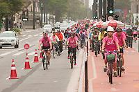 SÃO PAULO, SP, 04.10.2015 - PEDALADA-SP - Ciclistas promovem a Pedalada Rosa, para lembrar nesse mês de outubro a prevenção contra o câncer de mama na avenida Paulista, neste domingo 04. (Foto: Gabriel Soares/ Brazil Photo Press)