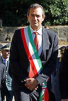 il sindaco di Napoli Luigi de Magistris con  la fascia tricoloredurante la cerimonia di  commemorazione delle 4 giornate di Napoli