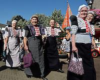 SPAKENBURG -  Elk jaar vinden in de zomer de Spakenburgse Dagen plaats. Vier woensdagen met folkloristische activiteiten .In de  Optocht  lopen mensen mee in diverse kjlederdrachten uit Nederland. Voorop lopen vrouwen in  klederdacht uit Spakenburg