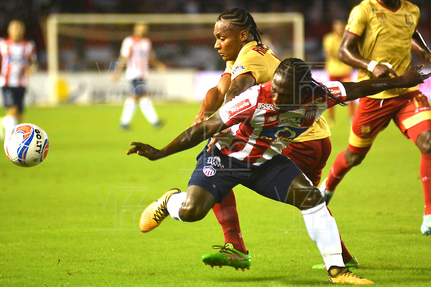 BARRANQUILLA - COLOMBIA - 15 - 11 - 2017: Yimmi Chara (Izq.) jugador de Atletico Junior disputa el balón con Ferney Ibargüen (Der.) jugador de Rionegro Aguilas durante partido de la fecha 18 entre Atletico Junior y Rionegro Aguilas por la Liga Aguila II - 2017, jugado en el estadio Metropolitano Roberto Melendez de la ciudad de Barranquilla. / Yimmi Chara (L) player of Atletico Junior vies for the ball with Ferney Ibargüen (R) player of Rionegro Aguilas during a match of the date 18th between Atletico Junior and Rionegro Aguilas for the Liga Aguila II - 2017 at the Metropolitano Roberto Melendez Stadium in Barranquilla city, Photo: VizzorImage  / Alfonso Cervantes / Cont.