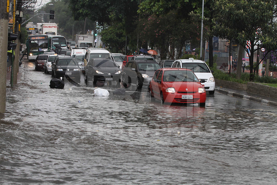 SAO PAULO, SP, 18/01/2012, CHUVA. A forte chuva que caiu sobre Sao Paulo na Tarde de hoje (18) deixou a Av. Paes de Barros na Mooca alagada. Luiz Guarnieri/ News Free