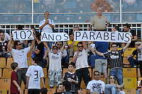 SÃO PAULO, SP, 02 SETEMBRO DE 2012 - CAMPEONATO BRASILEIRO - CORINTHIANS x ATLÉTICO MINEIRO: Torcedores comfaixa comemorativa de aniversario do Corinthians durante partida Corinthians x Atlético Mineiro,  válida pela 20ª rodada do Campeonato Brasileiro de 2012, em partida disputada no Estádio do Pacaembu em São Paulo. FOTO: LEVI BIANCO - BRAZIL PHOTO PRESS
