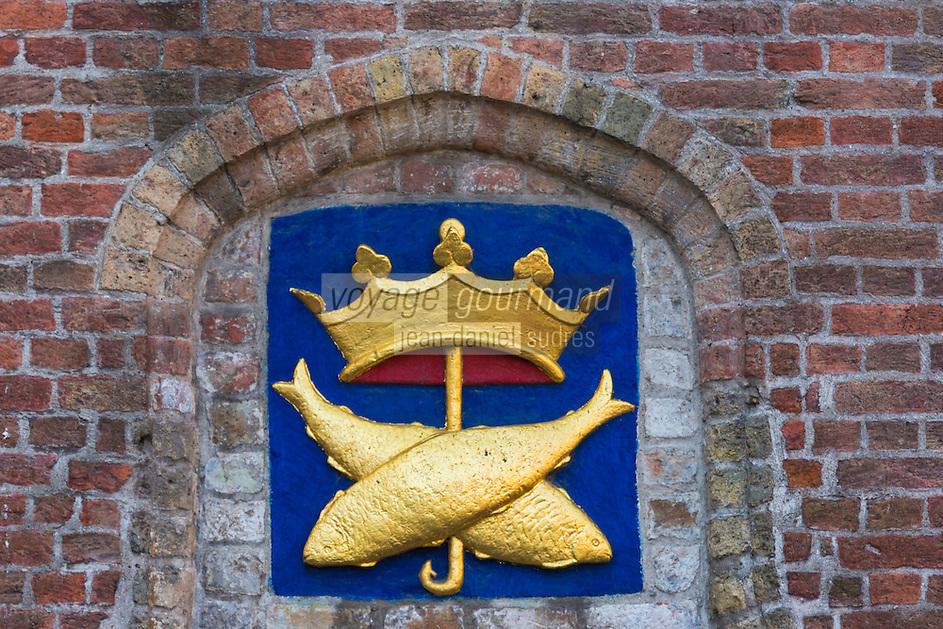 Europe/Belgique/Flandre/Flandre Occidentale/Bruges: Centre historique classé Patrimoine Mondial de l'UNESCO,le marché au poisson: Vismarkt,  blason fait de deux poissons entrecroisés sous une couronne.  //  Belgium, Western Flanders, Bruges, historical centre listed as World Heritage by UNESCO, The Fish Market: Vismarkt, along the Groenerei canal shield made of two crossed fish under a crown