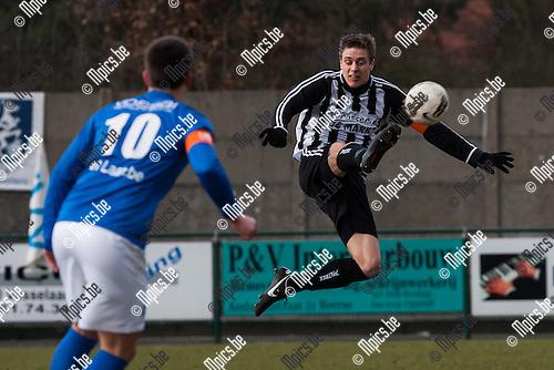 2013-03-03 / Voetbal / Seizoen 2012-2013 / KVV Vosselaar-K Esp. Neerpelt/ Bert Craeghs (r. Neerpelt) met de balcontrole...Foto: Mpics.be