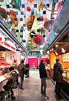 Nederland Rotterdam 26 maart 2018 - De Markthal in Rotterdam is een woon- en winkelgebouw met inpandige markthal, gesitueerd bij Blaak. Naast een overdekte markt herbergt het complex 228 appartementen, winkels en horeca. Het gebouw is een ontwerp van MVRDV architecten. Foto Berlinda van Dam / Hollandse Hoogte