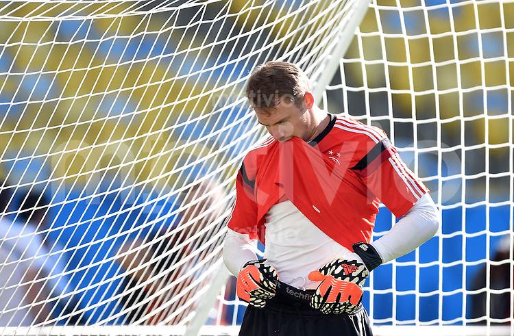 FUSSBALL WM 2014  Viertelfinale in Rio Frankreich - Deutschland               03.07.2014 Abschlusstraining Deutschland: Torwart Manuel Neuer (Deutschland) mit Shirt im Mund