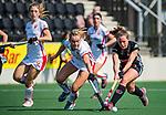 AMSTELVEEN - Freeke Moes (OR) in duel met Charlotte Adegeest (A'dam) tijdens de hoofdklasse competitiewedstrijd hockey dames,  Amsterdam-Oranje Rood (5-2). COPYRIGHT KOEN SUYK