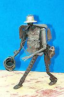 riciclando le armi utilizzate durante la guerra civile, in Mozambico gli artisti del Nucleo de Arte producono oggetti artstici