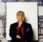 Milano 1994, Emilio Tadini con maschera,Emilio Tadini portrait with mask. © Fulvia Farassino