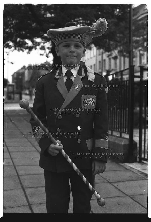 Irlanda del Nord, Belfast , Northern Ireland, Irlande du Nord Irlanda Derry Marce orangiste. ragazzino in divisa orangista