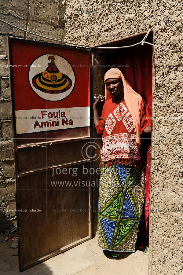 NIGER Maradi, prostitute Champa, at her door a advertisement for Foula condom brand / NIGER Maradi, Prostituierte Champa, Foula Amini Na ist Werbung fuer ein Kondom