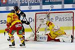 v.l. Lucas Lessio (Wolfsburg, 38) schießt Tor, Torschütze, erzielt Tor, Treffer, scores the goal 2:0 beim Spiel in der DEL, Grizzlys Wolfsburg (dunkel) - Duesseldorfer EG (gelb).<br /> <br /> Foto © PIX-Sportfotos *** Foto ist honorarpflichtig! *** Auf Anfrage in hoeherer Qualitaet/Aufloesung. Belegexemplar erbeten. Veroeffentlichung ausschliesslich fuer journalistisch-publizistische Zwecke. For editorial use only.