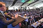 19.08.2019, Stoppelmarkt, Vechta, 721. Stoppelmarkt in Vechta - traditioneller Montagsempfang / traditioneller Pferde und Viehmart<br /> <br /> <br /> im Bild: Daniel Günther (CDU-Bundesratspräsident und Ministerpräsident des Landes Schleswig-Holstein) hielt beim traditionellen Montagsempfang der Stadt Vechta eine unterhaltsame Rede. 1200 Gäste in Kühlings Niedersachsenzelt, darunter auch der Niedersächsische Ministerpräsident Stephan Weil, fühlten sich gut unterhalten. Vechtas Bürgermeister Helmut Gels dankte Daniel Günther / Guenter für seine Rede und den Besuch.<br /> <br /> Der Ministerpräsident des Landes Schleswig-Holstein reihte sich ein in die lange Liste prominenter Politikerinnen und Politiker, die in den vergangenen Jahren auf Einladung der Stadt die Festansprache gehalten hatten, darunter die CDU-Minister Peter Altmaier und Thomas de Maiziere sowie die ehemalige Bundesverteidigungsministerin Dr. Ursula von der Leyen (jetzige Präsidentin der Europäischen Kommission). Diesmal begrüßte Gels den Bundesratspräsidenten und Ministerpräsident des Landes Schleswig-Holstein am Amtmannsbult und zeigte Günther bei einem Rundgang den Stoppelmarkt. Unter anderem machten beide auch einen Abstecher zum traditionellen Vieh- und Pferdemarkt.<br /> <br /> <br /> <br /> Foto © nordphoto / Kokenge