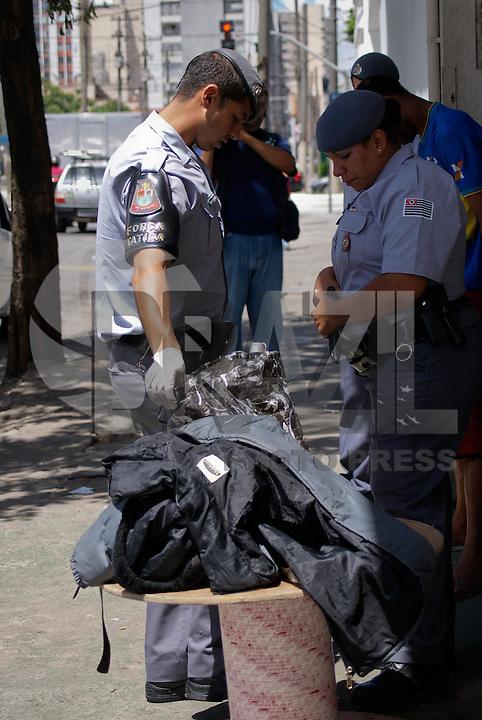 SAO PAULO, SP, 12 DE JANEIRO 2012 - CRACOLANDIA -  Policiais Militares fazem revista em busca de entorpecentes nesta manha de quinta feira, na Cracolandia. (FOTO: DEBBY OLIVEIRA - NEWS FREE).