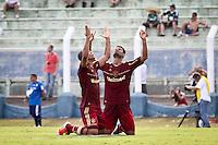 ATENÇÃO EDITOR: FOTO EMBARGADA PARA VEÍCULOS INTERNACIONAIS PRESIDENTE PRUDENTE 11 NOVEMBRO 2012 - CAMPEONATO BRASILEIRO - PALMEIRAS x FLUMINENSE - Gun (d) jogador do Fluminense  comemora gol  de Freed durante partida Palmeiras x Fluminense válido pela 35º rodada do Campeonato Brasileiro no Estádio Eduardo José Farah. Apelido, (Prudentão), no interior paulista na tarde deste domingo (11).(FOTO: ALE VIANNA -BRAZIL PHOTO PRESS)