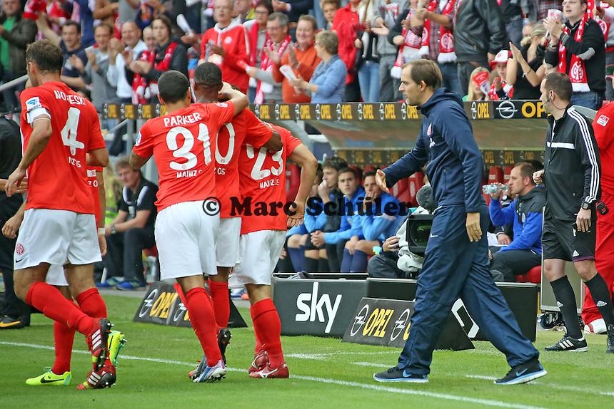 Trainer Thomas Tuchel (Mainz) feiert mit seiner Mannschaft das 1:0 - 1. FSV Mainz 05 vs. Eintracht Braunschweig, Coface Arena, 10. Spieltag